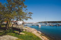 17 april, 2014 De stad van nynashamn in Zweden De dijk van de Oostzee Ligplaats, parkeren en boten, schepen Royalty-vrije Stock Foto