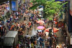13 April, 2014: De toeristen bezoeken Thailand voor Sonkran-Festival bij Silom-weg Stock Fotografie