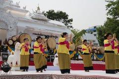 April 10, 2016: den mjuka fokusen av gruppen av dansare utför på songkranfestivalen i lannastil, i norden av Thailand på publien arkivbild