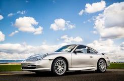 2. April 2018 Eugene Oregon - ein Silber Porsche 911 sitzt in einer leeren Landstraße Lizenzfreie Stockfotografie