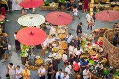 APRIL 01: Folkmassor av folk besöker olik traditionell thailändsk mat a Royaltyfria Bilder