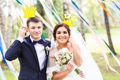 April Fools ' dag Gifta sig par som poserar med kronan, maskering Fotografering för Bildbyråer