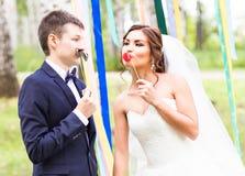 April Fools ' dag Gifta sig par som poserar med maskeringen Arkivfoton
