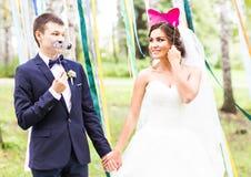 April Fools ' dag Gifta sig par som poserar med maskeringen Royaltyfria Bilder
