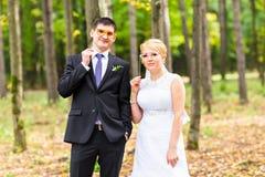 April Fools ' dag Gifta sig par som poserar med pinnekanter, maskering Royaltyfri Fotografi