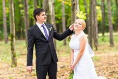 April Fools ' dag Gifta sig par som poserar med pinnekanter, maskering Arkivbild