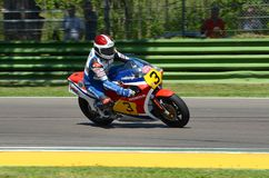 21 April 2018: Freddie Spencer på Honda NSR 500 under den motoriska legendfestivalen 2018 på Imola Circuit Royaltyfri Bild