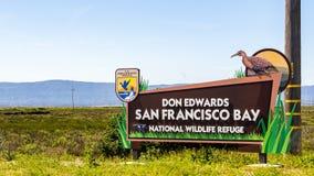April 12, 2019 Fremont/tecken för CA/USA - Don Edwards San Francisco Bay National djurlivfristad; våtmarker som är synliga i arkivbilder