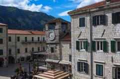 20. April 2017 Glockenturm auf dem Waffenkammer-Quadrat im Kotor, Montenegro lizenzfreies stockbild
