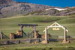 27. April 2017 - HASTINGS MESA nahe RIDGWAY UND TELLURID COLORADO - Ranch-Tor für historische letzte Farben, Tag Lizenzfreies Stockfoto