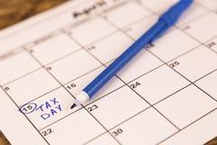 April ist der passende Tag für Einkommenssteuererklärungen Stockbilder