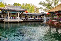 April 2015 - Jinan, Kina - den berömda Baotuen Quan i Jinan Royaltyfria Foton