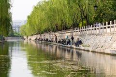 April 2015 - Jinan, Kina - lokalt folk som fiskar i stadsvallgraven av Jinan, Kina Arkivbild