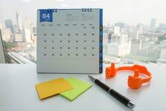 April kalender för möte av åtlöje upp postit och penna Royaltyfri Fotografi