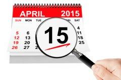 15 april 2013 kalender med förstoringsapparat på en vitbakgrund Arkivbilder