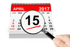 April 2013kalender mit Vergrößerungsglas auf einem weißen Hintergrund 15. April 2017 Kalender mit Vergrößerungsglas Stockfoto