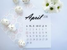 April 2018 Kalender, Ostereier und weiße Blumen Lizenzfreie Stockbilder