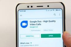 April, 2019 Kramatorsk, de Oekraïne Het mobiele Duo van toepassingsgoogle op een witte smartphone royalty-vrije stock foto