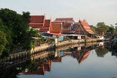 1 april, 2015 - Lat Phrao, Bangkok: Huizen rond cana van Lat Phrao Stock Fotografie