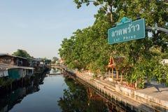 1 april, 2015 - Lat Phrao, Bangkok: Huizen rond cana van Lat Phrao Royalty-vrije Stock Afbeeldingen