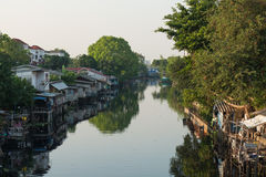 1 april, 2015 - Lat Phrao, Bangkok: Huizen rond cana van Lat Phrao Stock Afbeeldingen