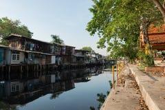 April 1, 2015 - Lat Phrao, Bangkok: Hus runt om den LatPhrao canaen Arkivfoton