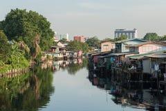 April 1, 2015 - Lat Phrao, Bangkok: Hus runt om den LatPhrao canaen Royaltyfria Bilder