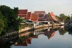 April 1, 2015 - Lat Phrao, Bangkok: Hus runt om den LatPhrao canaen Arkivbild