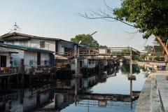 April 1, 2015 - Lat Phrao, Bangkok: Hus runt om den LatPhrao canaen Royaltyfria Foton