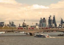 April 2018 london uk En sikt av den Waterloo bron med staden av London på avståndet inklusive domkyrka för St Paul ` s arkivbild