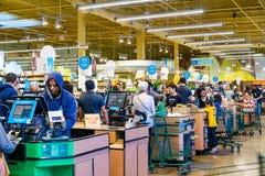 21 april, 2019 Los Alten/CA/de V.S. - Whole Foods-de controle uit stegen van de opslagkassa, baaigebied de Zuid- van San Francisc royalty-vrije stock fotografie