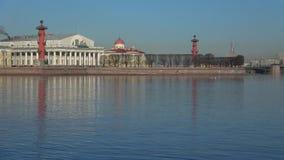 April-Morgen auf dem Neva-Fluss am Pfeil von Vasilievsky-Insel St Petersburg stock footage