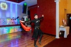 April 01 2017 NewYork NY USA: Georgiska dansare som dansar en folkloredans, visar på etapp Arkivfoton