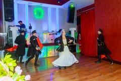 April 01 2017 NewYork NY USA: Georgiska dansare som dansar en folkloredans, visar på etapp Arkivfoto