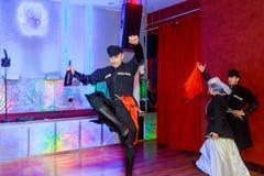 April 01 2017 NewYork NY USA: Georgiska dansare som dansar en folkloredans, visar på etapp Arkivbilder