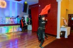 April 01 2017 NewYork NY USA: Georgiska dansare som dansar en folkloredans, visar på etapp Royaltyfri Foto