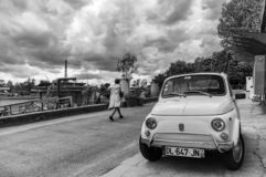 27 april 2018 - Parijs, Frankrijk - Fiat 500 naast de Zegen in Parijs stock fotografie
