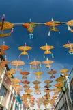 """19. April 2016 - Petaling Jaya, Malaysia: Das schöne und bunte """"Wau† oder die Drachen hingen die Mitte der Gebäude Lizenzfreie Stockbilder"""