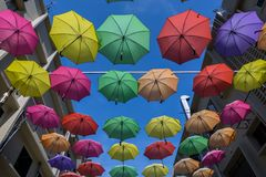 April 19, 2016 - Petaling Jaya, Malaysia: De härliga och färgglade paraplyerna hängde mitt av byggnader av Petaling Jaya Royaltyfria Foton