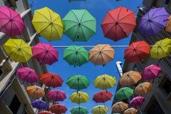 19 april, 2016 - Petaling Jaya, Maleisië: De mooie en kleurrijke paraplu's hingen het midden van gebouwen van Petaling Jaya Royalty-vrije Stock Foto's