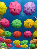 19 april, 2016 - Petaling Jaya, Maleisië: De mooie en kleurrijke paraplu's hingen het midden van gebouwen van Petaling Jaya Royalty-vrije Stock Foto