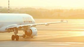 30 April 2019, PRAAG, TSJECH: Vaclav Havel-luchthaven - SWISS AIRLINES - een reusachtig vliegtuig die op de luchthavenbaan berijd stock videobeelden