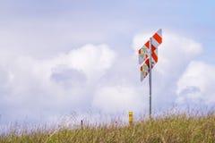 April 12, 2017, Redwood City, Kalifornien, USA - varnande gasledningmarkör upp i kullarna, på en bakgrund för molnig himmel, södr royaltyfria foton