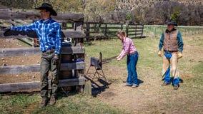 APRIL 22, 2017, RIDGWAY COLORADO: Cowboymärkesnötkreatur på den hundraårs- ranchen, Ridgway, Colorado - en ranch med det Angus/He fotografering för bildbyråer