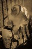 22. APRIL 2017 RIDGWAY COLORADO: Cowboys brandmarken Vieh auf hundertjähriger Ranch, Ridgway, Colorado - eine Ranch mit Angus-/He stockfoto
