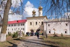 29 april, 2018, Rusland, Tikhvin, de Veronderstellingsklooster van Tikhvin Bogorodichny, Pelgrims Stock Fotografie