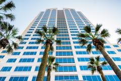 April 14, 2018 Sacramento/CA/USA - brunnarna Fargo Center i cityen är den mest högväxta byggnaden i staden och husen arkivbilder