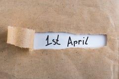 April 1st dag 1 av den april månaden, kalender i sönderrivet kuvert Fjädra den tid… ron lämnar, naturlig bakgrund Dumbommars dag Arkivfoton