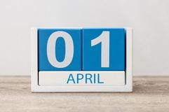 April 1st dag 1 av den april månaden, kalender på ljus bakgrund Vårtid, påsk och dumbomdag Royaltyfri Foto
