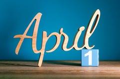 April 1st dag 1 av månaden, daglig kalender på skrivbordet med blå bakgrund Begrepp för vårtid Arkivbild